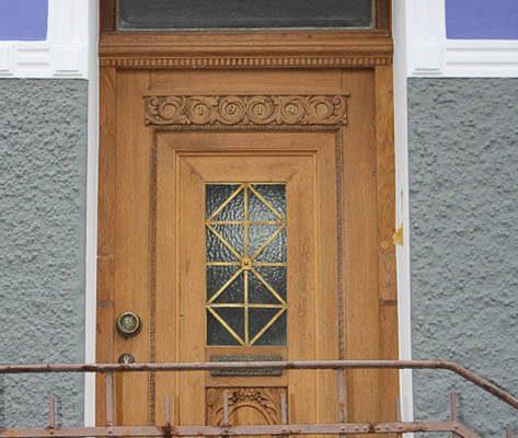 Fassadengestaltung Düsseldorf - Bearbeiten Verwitterter Holzoberflächen und Putzen